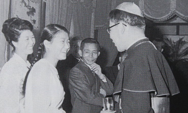 President Park Geun-hye, second from left, greets the late Cardinal Stephen Kim Sou-hwan during a meeting in 1969 at Cheong Wa Dae. Her parents Yuk Young-soo, left, and former President Park Chung-hee, third from right, look on with a smile. / Korea Times file