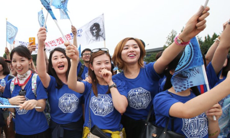Catholic youths cheers as Pope Francis' car drives by Cheong Wa Dae, Thursday. / Yonhap