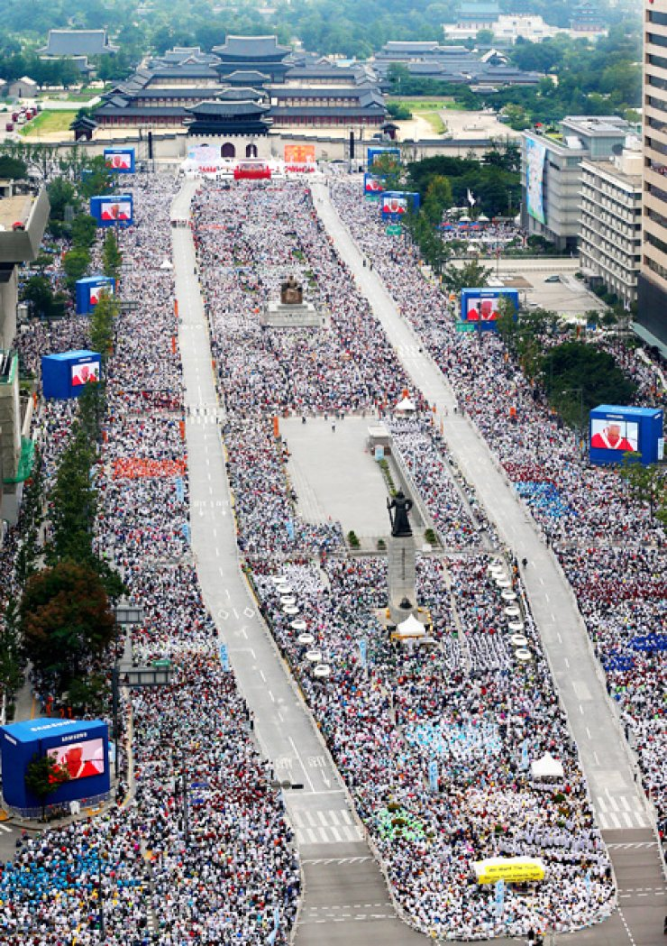 A large crowd gathers to see Pope Francis at a ceremony to beatify 124 Korean martyrs in Gwangwhamun, downtown Seoul, Saturday. An estimated 1 million Catholics and citizens attended it. / Joint Press Corps