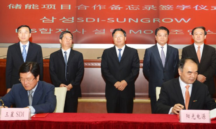 Samsung SDI CEO Park Sang-jin, left on the first row, signs a preliminary MOU with Sungrow Power Supply Renxian Cao to establish a joint venture for producing energy storage systems. The signing took place in Hubei Province, China, last week. / Courtesy of Samsung SDI