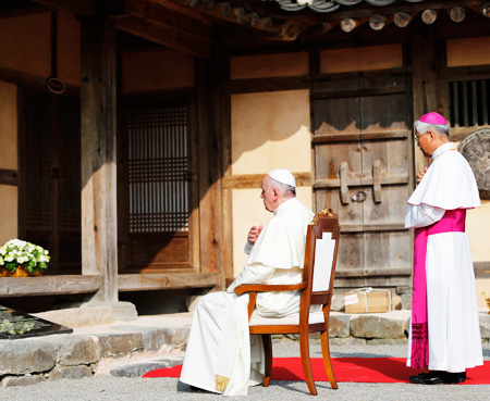 Pope Francis is welcomed by a faithful as he arrives at a rehabilitation center for disabled in Kkotdongnae in Eumseong, North Chungcheong Province, Saturday. During a rare Asia trip, the pontiff seemed at his happiest in the presence of children and the disadvantaged. / AP-Yonhap