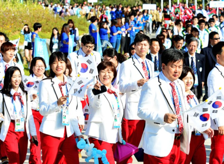 Members of the Korean delegation to the Incheon Asian Games wave the country's flags during a welcome ceremony at the Athletes' Village in Namdong District, Incheon, Thursday, a day before the Asiad starts./ Korea Times photo by Shim Hyun-chul