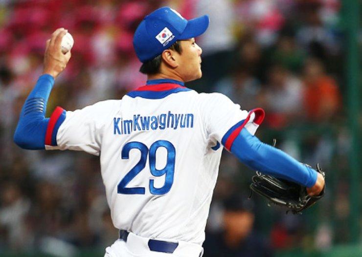 South Korea's pitcher Kim Kwang-hyun pitches during a game against Thailand at Munhak Baseball Stadium, Monday. / Yonhap