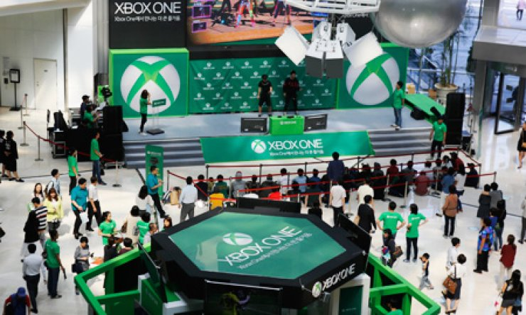 A crowd of video game fans pack the Microsoft's Xbox One launch event at Yeongdeungpo Times Square, Seoul, Monday. / Courtesy of Microsoft
