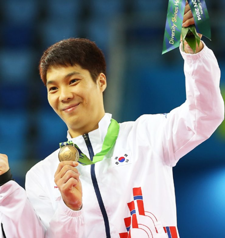 South Korean artistic gymnast Lee Sang-wook shows off his bronze medal during an award ceremony at the Namdong Gymnasium in Incheon, Tuesday, after competing in the individual all-around event. / Yonhap