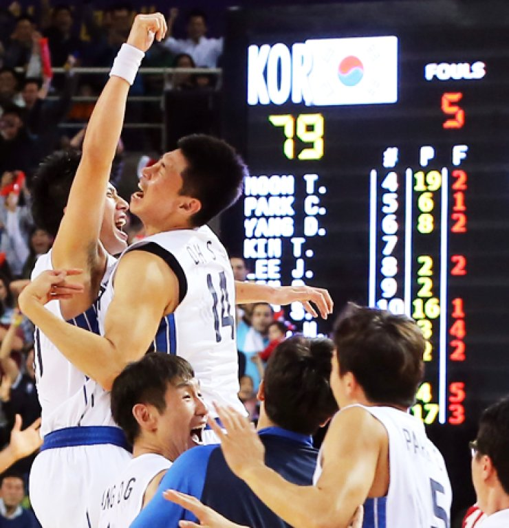 Members of South Korean men's basketball team celebrate after defeating Iran 79-77 in the dramatic final match at the Samsan World Gymnasium in Incheon, Friday, to win the Asiad gold for the first time in 12 years. / Yonhap