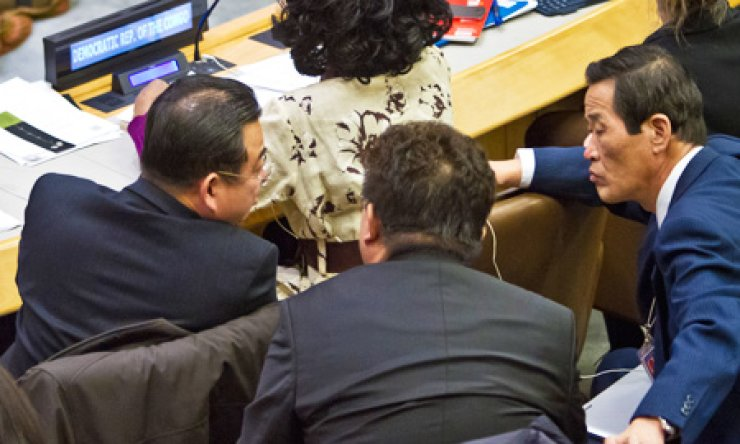 Choe Myong-nam, left, a North Korean official in charge of U.N. affairs and human rights, confers with his delegation during a meeting of the U.N. General Assembly human rights committee, Tuesday. / AP-Yonhap