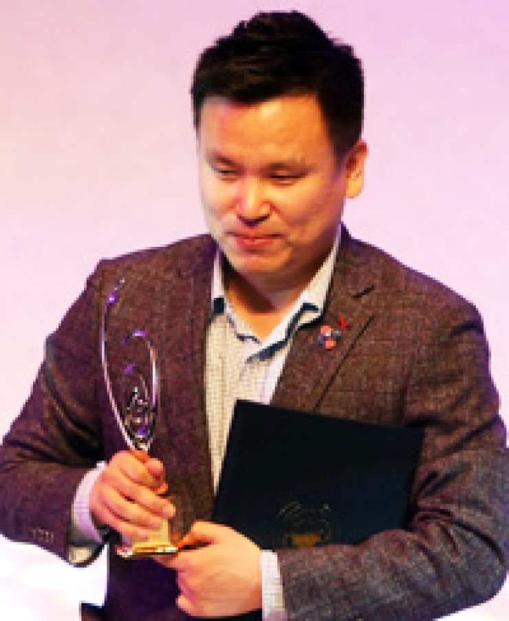 Action Square CEO Kim Jae-young speaks after winning the grand prize for the mobile action game 'Blade for Kakao' during the 2014 Korea Game Awards ceremony at the Busan Cinema Center, Wednesday./ Yonhap