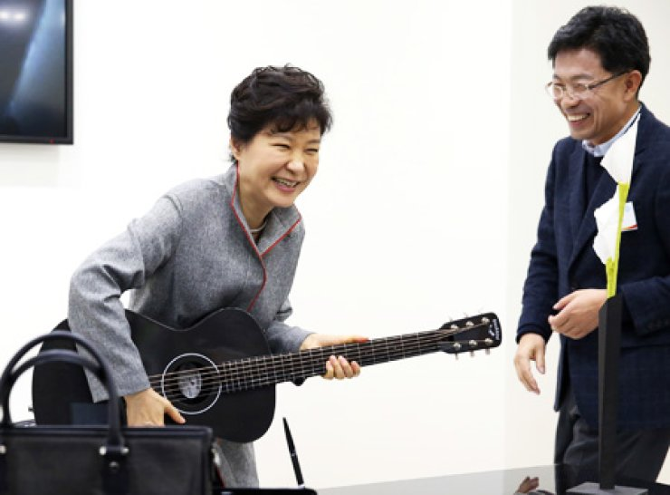 President Park Geun-hye plays a carbon-fiber guitar at the Creative Economy Innovation Center that Hyosung Group opened in Jeonju, North Jeolla Province, Monday. / Yonhap
