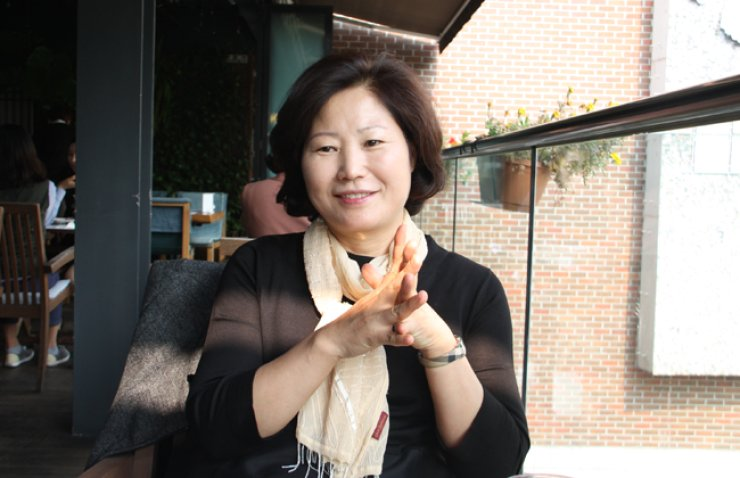 Hwang Sun-mi, the author of the best-selling book 'The Hen Who Dreamed She Could Fly,' during aninterview at a cafe in Seoul on Oct. 19. / Korea Times