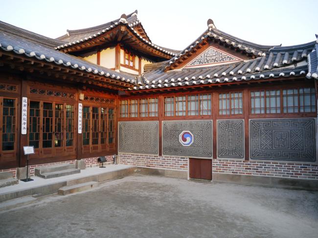Tourists visit Bukchon Hanok Village in Seoul on Dec. 25. / Korea Times photos by Kim Jae-heun