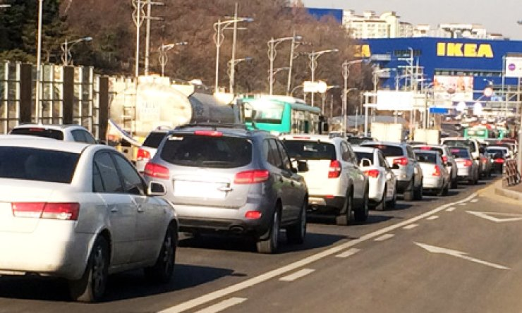 Vehicles clog a road leading to the IKEA outlet in Gwangmyeong, Gyeonggi Province. The Gwangmyeong city government will shut the mall from Jan. 15 unless the Swedish company comes up with a major solution by Wednesday./ Korea Times