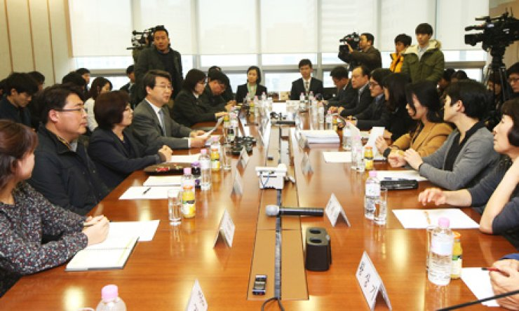Kim Ji-hyung, fourth from left, head of a three-member mediation committee, speaks during negotiations for cancer-stricken Samsung workers, in the office of Jipyong, a law firm, in Seoul, Friday. / Yonhap
