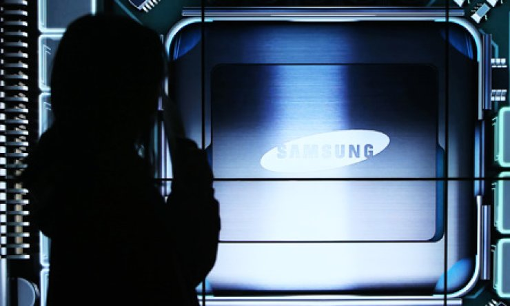 A visitor stands in Samsung Electronics' D'light promotion hall in Seocho-gu, southern Seoul, Thursday. The company said its operating profit in the fourth quarter exceeded 5 trillion won again thanks to the strong performance by its semiconductor business segment. / Yonhap