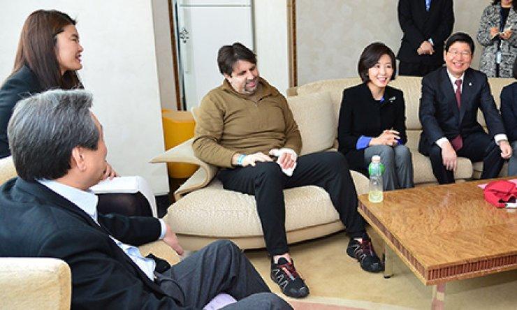 Ruling Saenuri Party Chairman Kim Moo-sung, left, offers words of consolation to U.S. Ambassador to Korea Mark Lippert at Yonsei University's Severance Hospital in Seoul, Sunday. / Yonhap