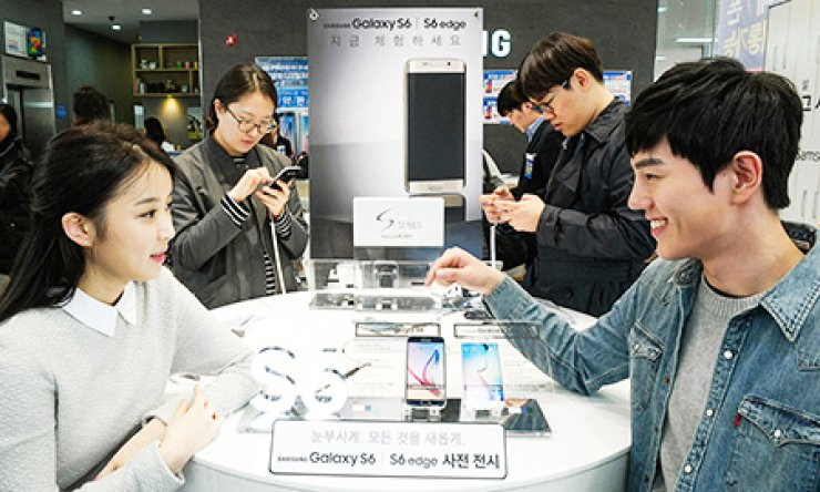 Samsung Electronics' Galaxy S6 and Galaxy S6 Edge are put to the test in a demonstration at a company store in downtown Seoul, Sunday. Samsung organized the event ahead of an official launch on April 10. / Courtesy of Samsung Electronics