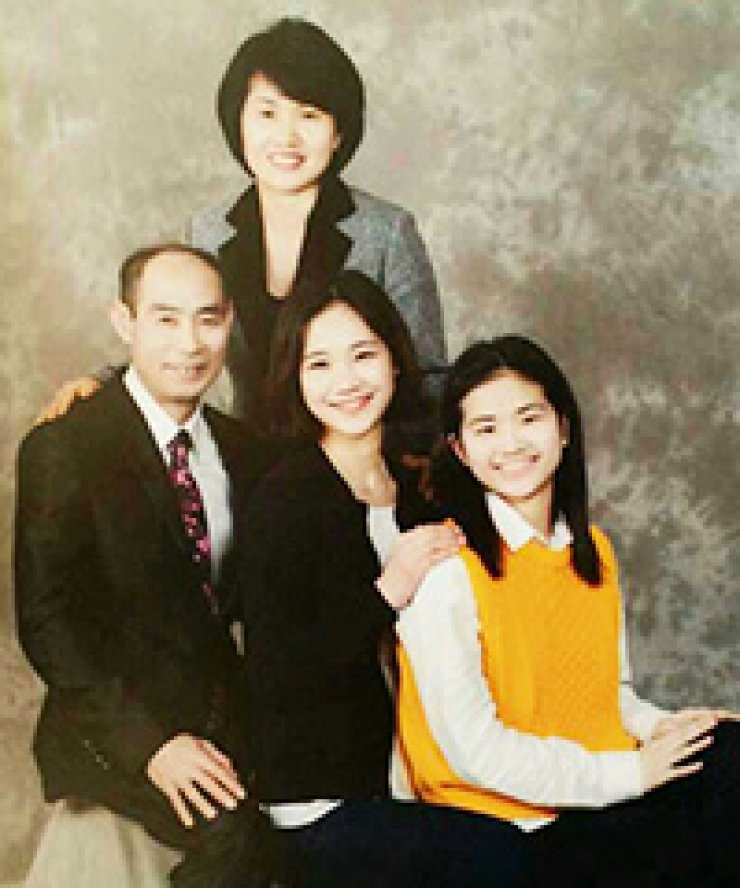 Huh Da-yoon, right, a student of Danwon High School, took this family photo four days before she boarded the ill-fated ferry Sewol. She is one of the nine victims whose bodies are believed to be inside the sunken ferry./ Courtesy of Huh Heung-hwan