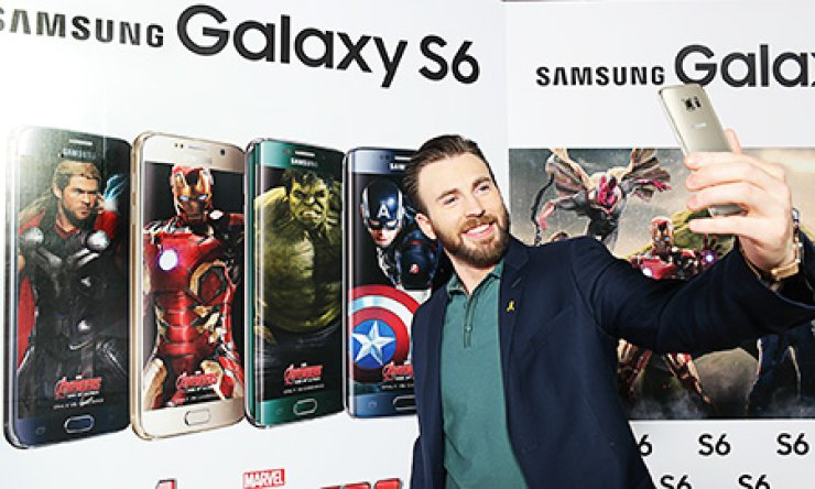 'Avengers: Age of Ultron,' star Chris Evans promotes the camera on the Samsung Electronics' Galaxy S6 at the Conrad Hotel in Yeouido, Seoul. Samsung's mobile boss Shin Jong-kyun will watch the movie with his top aides in a Seoul theater early on Monday. / Korea Times file