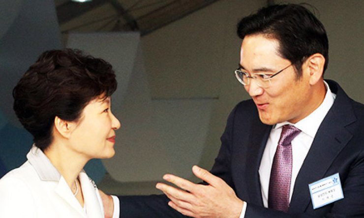 President Park Geun-hye talks to Samsung Electronics Vice Chairman Lee Jae-yong after a groundbreaking ceremony for the company's new semiconductor factory in Pyeongtaek, Gyeonggi Province, Thursday. / Yonhap