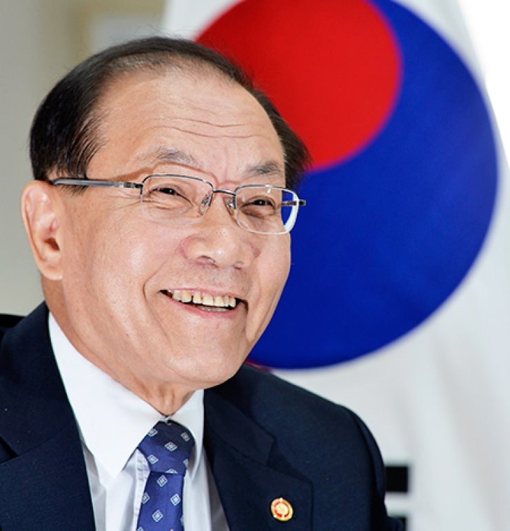 Education Minister Hwang Woo-yea smiles while speaking about the World Education Forum during an interview with The Korea Times at his office in Seoul, Tuesday. The four-day forum starts in Incheon, May 19./ Korea Times photo by Shim Hyun-chul