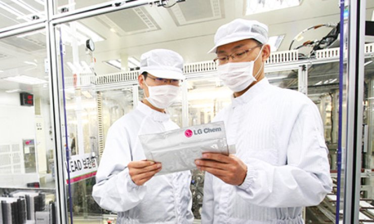 LG Chem staff check a battery pack at the company's battery-manufacturing plant in Ochang, Sunday. / Courtesy of LG Chem