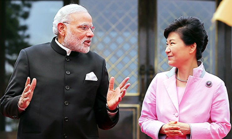 President Park Geun-hye chats with Indian Prime Minister Narendra Modi in Cheong Wa Dae before a summit, Monday. / Yonhap