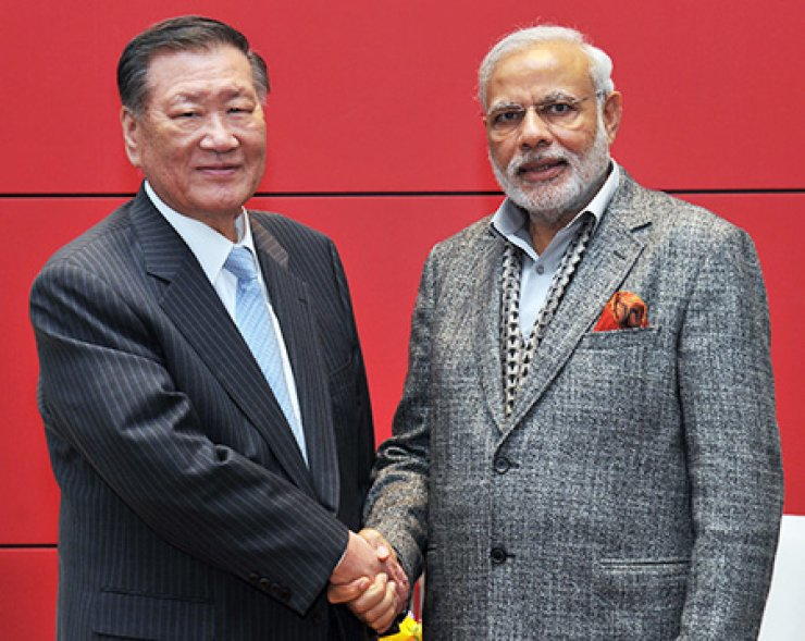 Hyundai Motor Group Chairman Chung Mong-koo, left, shakes hands with Indian Prime Minister Narendra Modi during their meeting at a Seoul hotel, Tuesday, in this photo provided by Hyundai Motor. / Yonhap