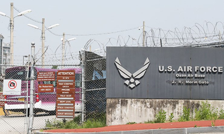 Concerns grew at Osan Air Base in Pyeongtaek, Gyeonggi Province, Thursday after United States Forces Korea announced that an investigation into potential exposure to anthrax is underway. This followed a statement by the Pentagon that a U.S. military lab in Utah accidently shipped at least one live sample of anthrax bacterium to South Korea. It added that no-one has so far shown any signs of infection. / Yonhap