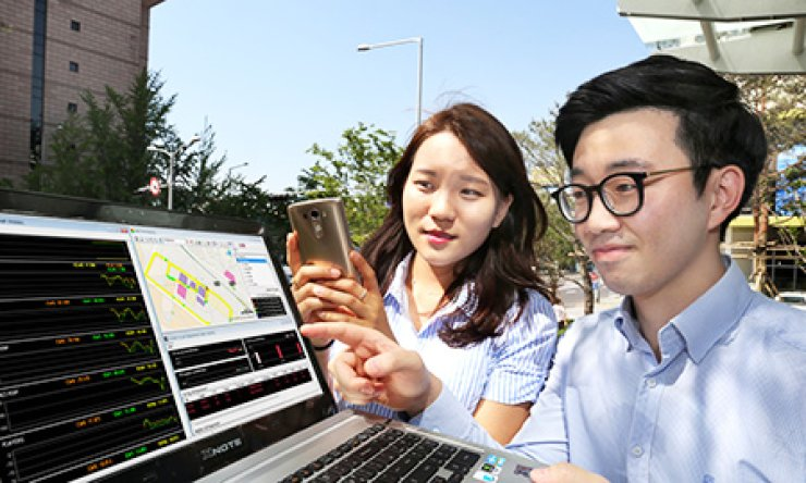 LG Uplus employees monitor the network quality that has been improved by new 'Cloud Digital Unit' technology, at the company's headquarters in Yongsan, central Seoul, Thursday. The company said that the new technology boosts network speed and stability in the blind spots of base stations. / Courtesy of LG Uplus