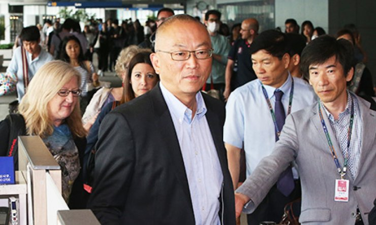 Keiji Fukuda, assistant director-general for health security at the World Health Organization, passes through the fever check point at Incheon International Airport along with his colleagues, Monday. The WHO team will work with the Korean government to examine the Middle East Respiratory Syndrome epidemic in Korea./ Yonhap