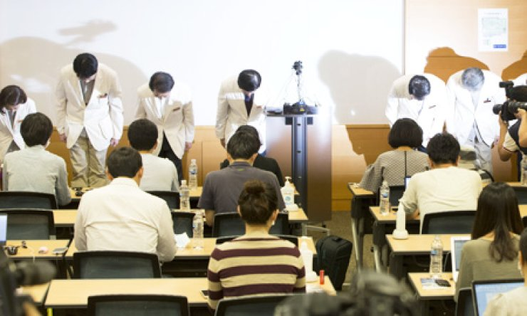 Doctors at Samsung Medical Center bow to apologize for their poor handling of Middle East Respiratory Syndrome (MERS) infections at the hospital during a press conference in Seoul, Sunday. Fourth from left is Song Jae-hoon, chief of the hospital. / Yonhap