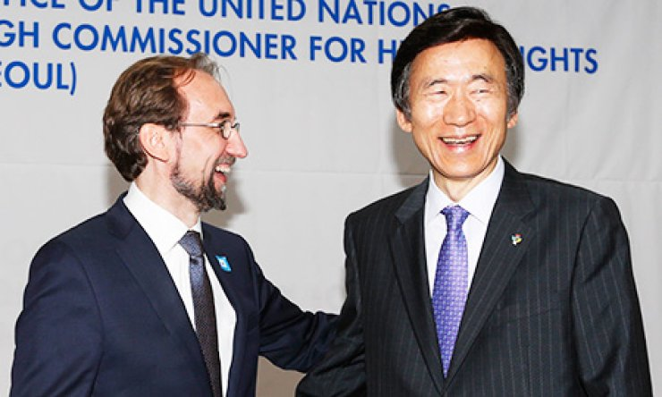 Foreign Minister Yun Byung-se, right, shakes hands with the U.N.'s Office of the High Commissioner for Human Rights (OHCHR) chief Zeid Ra'ad Al Hussein during a ceremony to mark the establishment of the U.N.'s office on North Korean human rights issues in downtown Seoul, Tuesday. / Yonhap