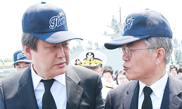 Ruling Saenuri Party Chairman Kim Moo-sung, left, speaks to his main opposition New Politics Alliance for Democracy counterpart Moon Jae-in at the 13th anniversary of the Yeonpyeong Naval Battle at the Navy's 2nd Fleet headquarters in Pyeongtaek, Gyeonggi Province, Monday. / Yonhap