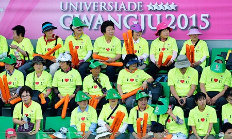 Supporters at the 2015 Gwangju Universiade watch a men's singles second-round tennis match between Chung Hyeon of Korea and Raphael Hemmeler of Switzerland at the Jinwol International Tennis Court in Gwangju, Sunday./ Korea Times photo by Shim Hyun-chul