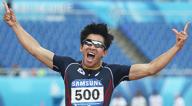 Kim Kuk-young celebrates after setting new Korean record in the men's 100m sprint. / Courtesy of GUOC