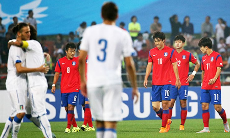 Korean footballers walk dispiritedly after allowing a goal to Italy in the Universiade final match in Naju, South Jeolla Province, Monday. / Courtesy of GUOC