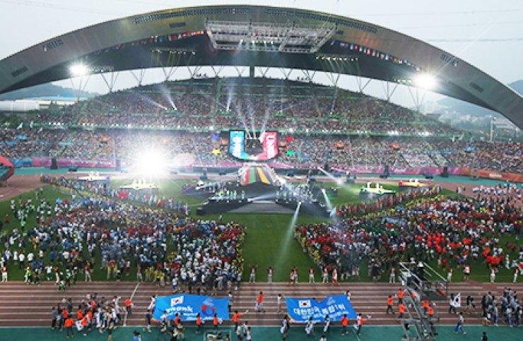 Members of the Korean Universiade delegation enter the Gwangju Universiade Main Stadium as the event's closing ceremony begins, Tuesday./ Courtesy of GUOC