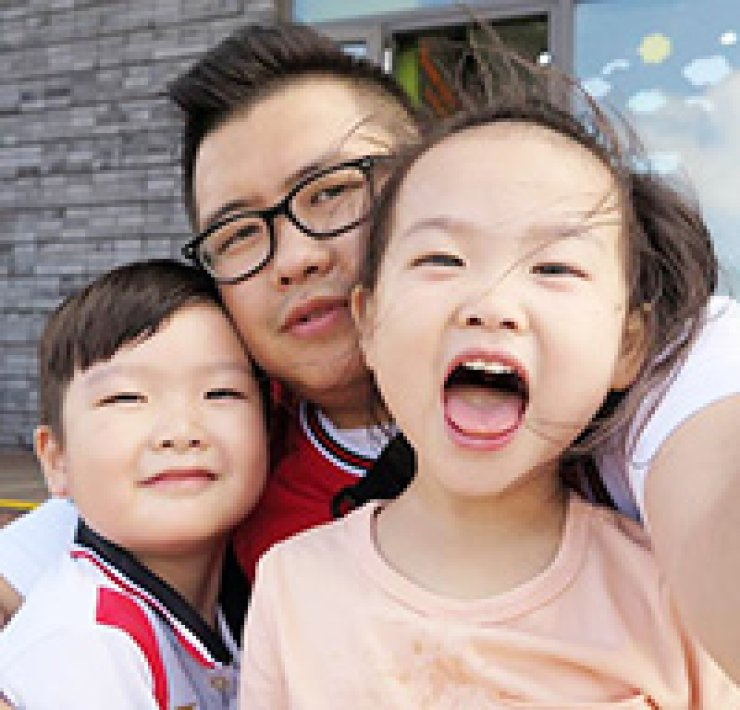 Jo Hyun-sang, center, takes a selfie with his two children. He is one of 20 fathers, who participate in diverse programs operated by the Ministry of Gender Equality and Family to encourage men to take paternity leave and share childcare responsibilities with their wives./ Courtesy of Ministry of Gender Equality and Family