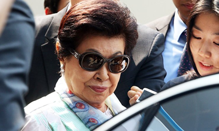 Hatsuko Shigemitsu, the second wife of Lotte Group founder Shin Kyuk-ho, gets into a vehicle at Gimpo International Airport in western Seoul, Thursday. The mother of Shin Dong-joo and Shin Dong-bin, who has mostly stayed in Japan, is said to be the only person who can mediate between her two sons. / Yonhap