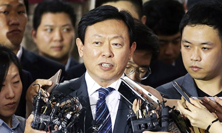 Lotte Group Chairman Shin Dong-bin speaks at Gimpo International Airport in western Seoul, Monday, after arriving from Japan. He apologized for the Grand slam escalating family feud with his father and group founder Shin Kyuk-ho, and his older brother Shin Dong-joo. / Yonhap