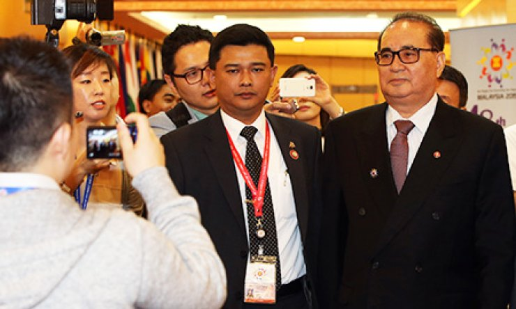 North Korean Foreign Minister Ri Su-yong, right, enters the Putra World Trade Center to participate in the 22nd ASEAN Regional Forum in Kuala Lumpur, Wednesday. / Yonhap