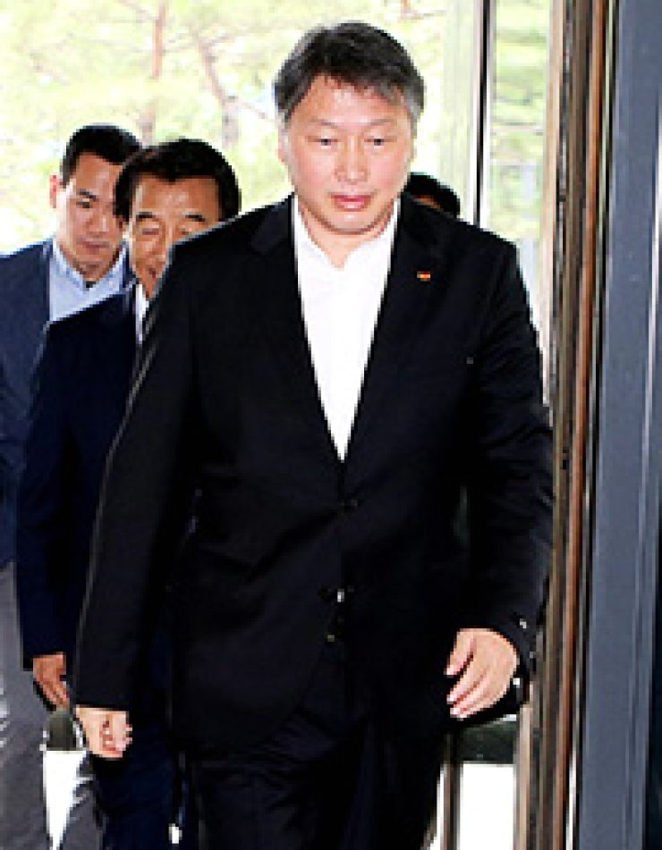 SK Group Chairman Chey Tae-won steps into the lobby of the group's head office in downtown Seoul, Saturday. / Yonhap
