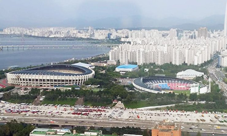 A giant multifunctional stadium and ballpark stand in Samseong-dong, southern Seoul, will be demolished to make way for a large underground shopping mall and facilities for international meetings, conferences and exhibitions./ Korea Times photo by Park Si-soo