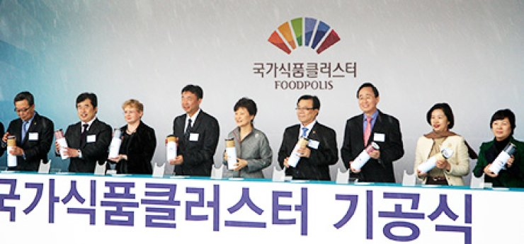 President Park Geun-hye, center, participates in a groundbreaking ceremony for the Korea National Food Cluster in Iksan, North Jeolla Province, on Nov. 24, 2014. Agriculture Minister Lee Dong-phil, fourth from right, and Hampton Grains CEO John Kwak, fourth from left, also attended the ceremony. Hampton Grains plans to build grain processing facilities inside the cluster.