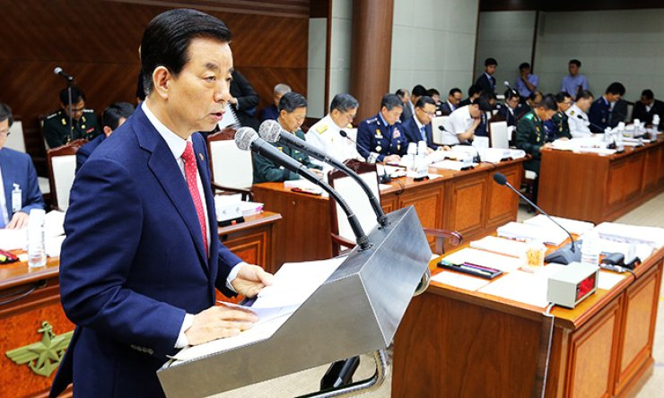 Defense Minister Han Min-koo speaks during the National Assembly's annual audit session at the ministry's headquarters in Yongsan-gu, Seoul, Monday. Han said the Japanese military could not enter Korea without Seoul's permission even if the United States requested such a move. / Yonhap