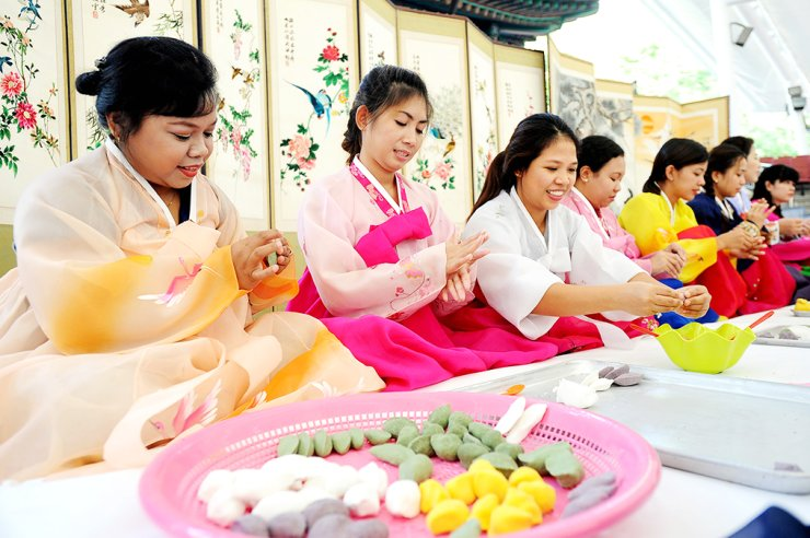 Foreign wives learn how to make 'songpyeon,' rice cakes in the shape of a half moon eaten for Chuseok, at a community center in Songpa-gu, Seoul, Tuesday./ Yonhap