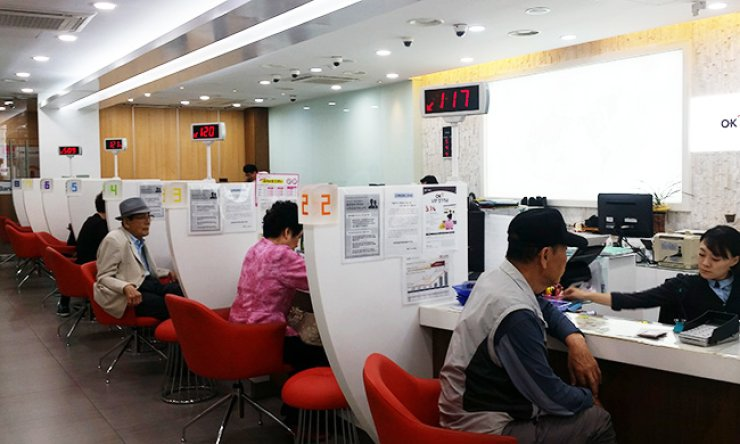 Customers engage in financial transactions at a savings bank in Jong-no, central Seoul, Wednesday afternoon./ Korea Times photo by Choi Kyong-ae