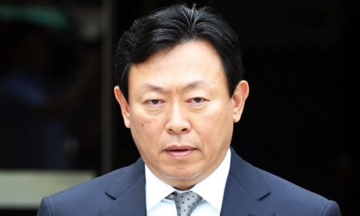 Lotte Group Chairman Shin Dong-bin angrily walks out of his office in downtown Seoul. His commitment to extending Lotte's operating license of two duty free stores in Seoul has hit an obstacle after his elder brother Dong-joo filed a lawsuit against him, claiming the group's leadership. / Korea Times file