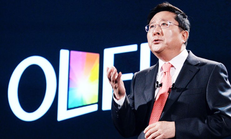 LG Display CEO Han Sang-beom, who is also the chairman of the Korea Display Industry Association (KDIA), talks about its updated business strategies during this year's IFA technology fair in Berlin, Germany, in September./ Korea Times file