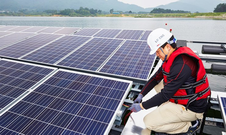 An LG CNS engineer checks the panels of a floating solar power generation plant in Sangju, North Gyeongsang Province, in this file photo. The company said it has completed the plant, which is the world's largest. / Courtesy of LG CNS